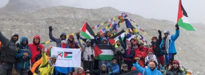 37 فلسطينية وفلسطينيًا يرفعون علم فلسطين على