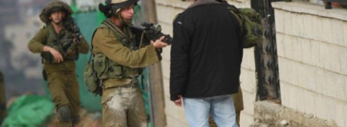 سلمت قوات الاحتلال الاسرائيلي، اليوم الإثنين، مواطنين من مدينة الخليل جنوب الخليل، بلاغين لمراجعة مخابراتها .  وأفادت مصادر أمنية لـ
