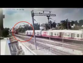 لحظة اصطدام قطارين في الهند