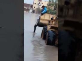 لقطات صادمة لانتشال جثمان طفلة ماتت صعقا بالكهرباء بمصر