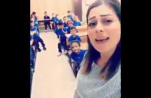 معلمة تستخدم اسلوبًا جذابًا في تدريس طلابها حب فلسطين