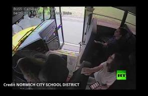 سائقة حافلة تنقذ شابا في اللحظة الأخيرة