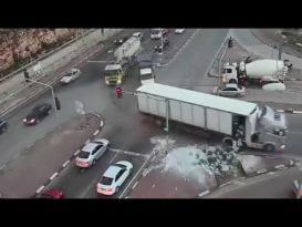 شاهد ماذا حصل لشاحنة محملة بالألبان