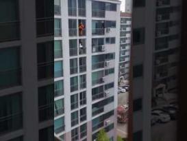 رجل إطفاء ينقذ فتاة حاولت الانتحار من شرفة مبنى شاهق