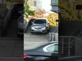 سيدة تقود سيارتها على درج في كندا