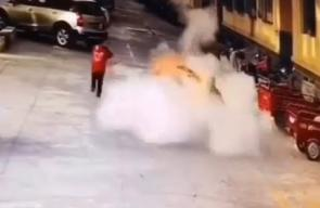 انفجار ألعاب نارية يقذف طفلا عدة أمتار في الهواء