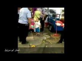 طفل صيني يصرخ على الشرطة لأنهم صادروا بسطة جدته