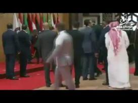 لحظة سقوط الرئيس اللبناني ميشال عون عقب وصوله القمة العربية