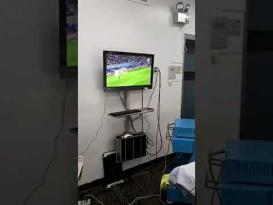 أطباء داخل عملية يتابعون كأس العالم