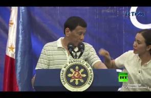 صرصار يتسلق كتف الرئيس الفلبيني