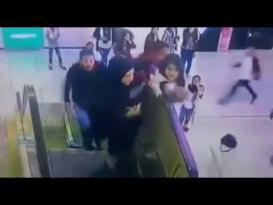 شجاعة شاب أنقذ طفلة سحبها الدرج الكهربائي