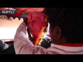 هندي يعبد ترامب ويتخذه إلها