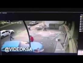 حادث سير مروع.. سيارة تقتحم صالون حلاقة