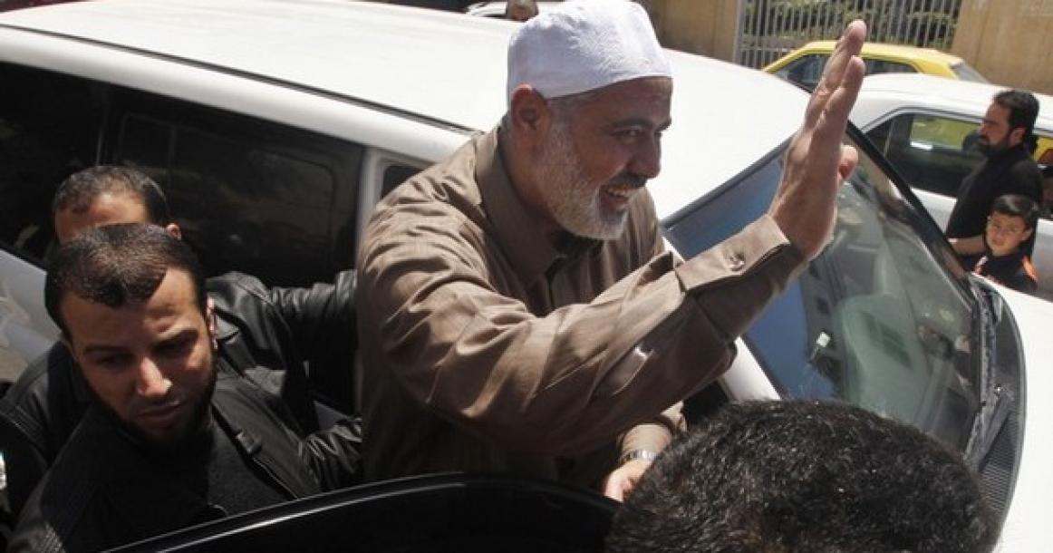 رئيس الوزراء أثناء خروجه من المسجد الذي عقب صلاة الجمعة