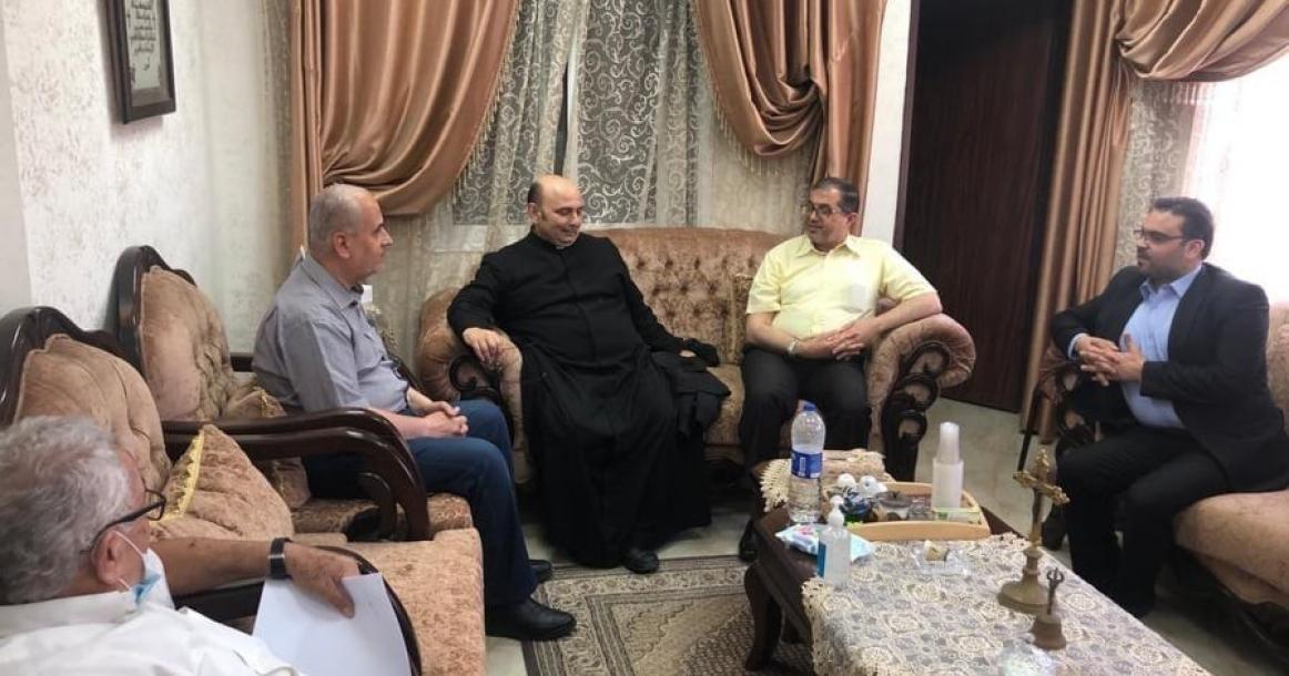 حماس تزور كنيسة دير اللاتين للاطمئنان على صحة الأب رومانيلي