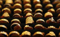 أسعار الذهب تصعد مع ضعف الدولار
