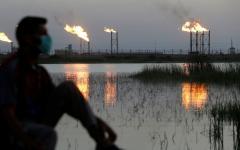أسعار النفط تنخفض بعد بيانات مفاجئة