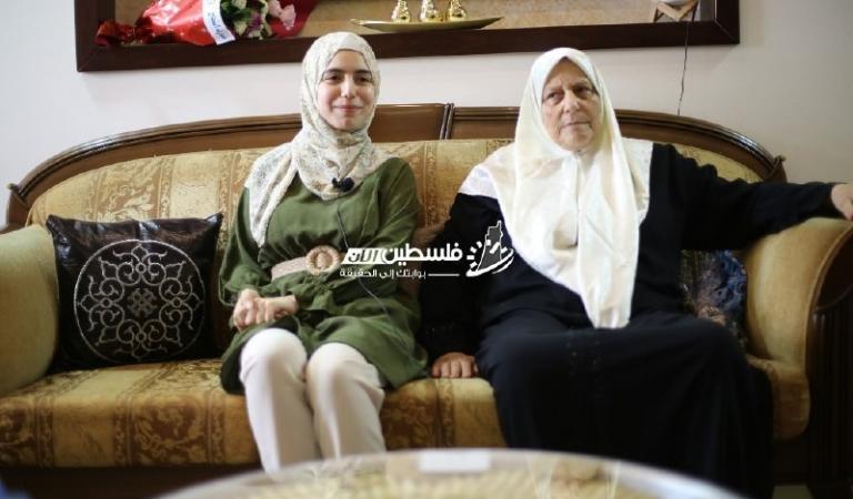 فلسطين الآن تشارك الطالبة أسيل الحلبي فرحتها بتفوقها بتوجيهي بمعدل 99.7%