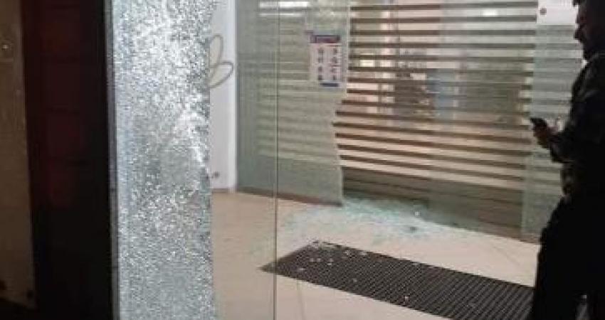غضب عارم ضد إدارة بنك القاهرة عمان واستهداف لفرعيه في جنين وأريحا