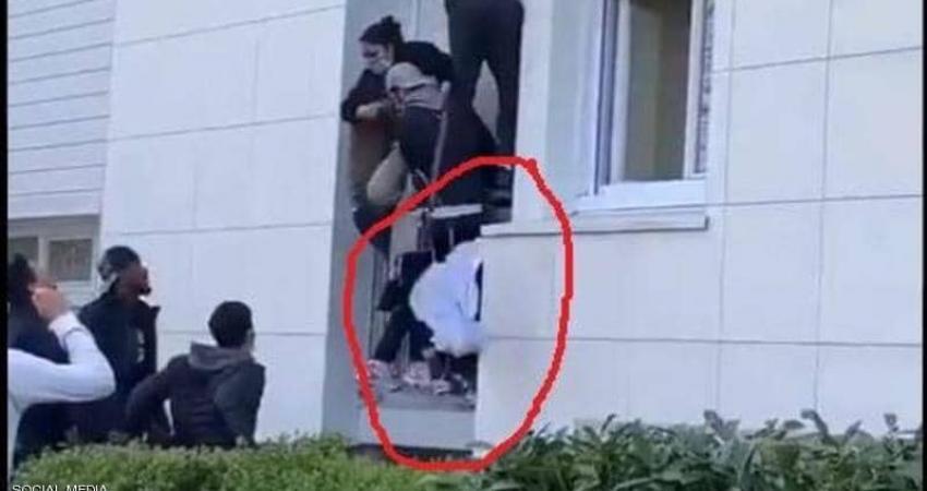 لحظة سقوط الطفل الرضيع من المبنى المحترق