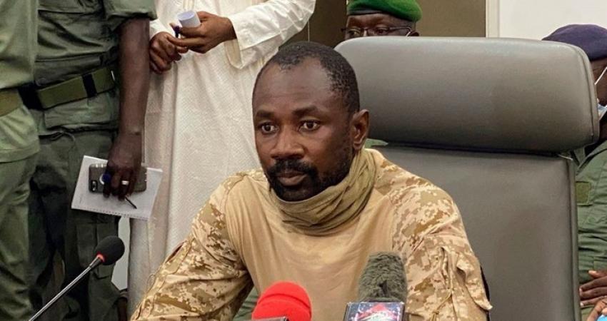محاولة لاغتيال رئيس مالي المؤقت بالسكين خلال صلاة العيد