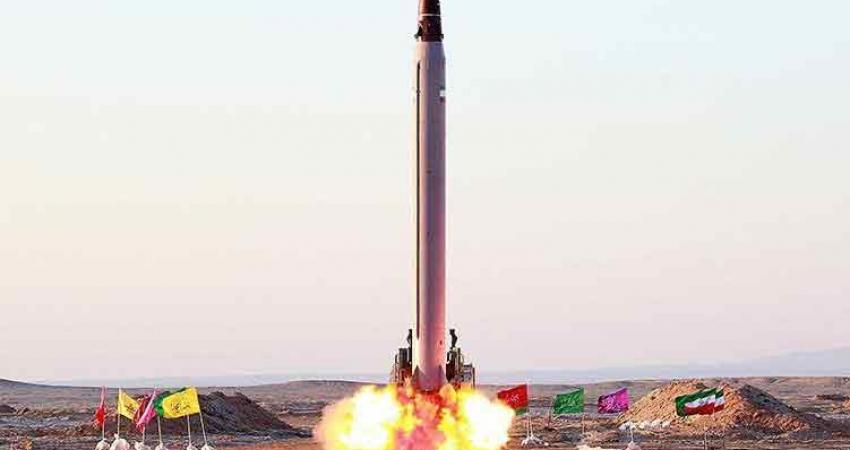 لحظة إطلاق صواريخ إيرانية على قاعدة أمريكية