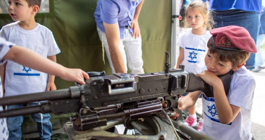 هكذا يحرض الاحتلال أطفاله على العنف وحمل السلاح