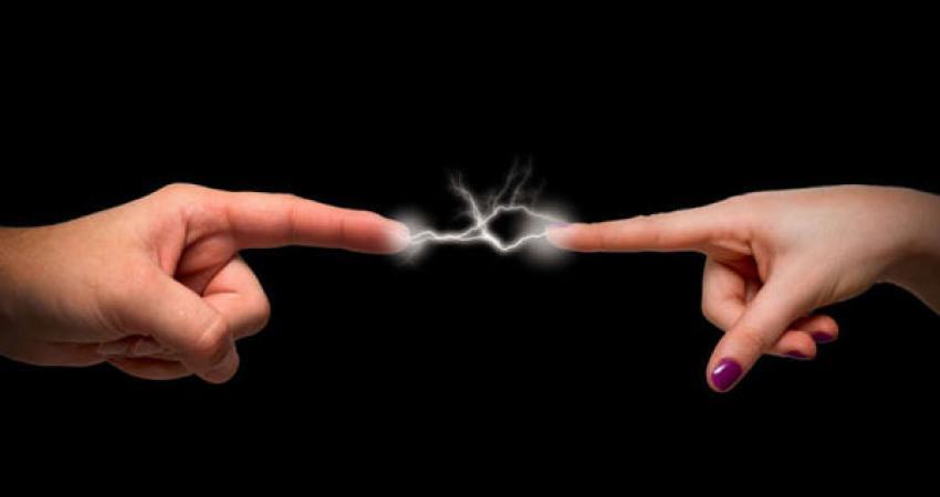 كهرباء-الجسم-عند-لمس-الاشياء