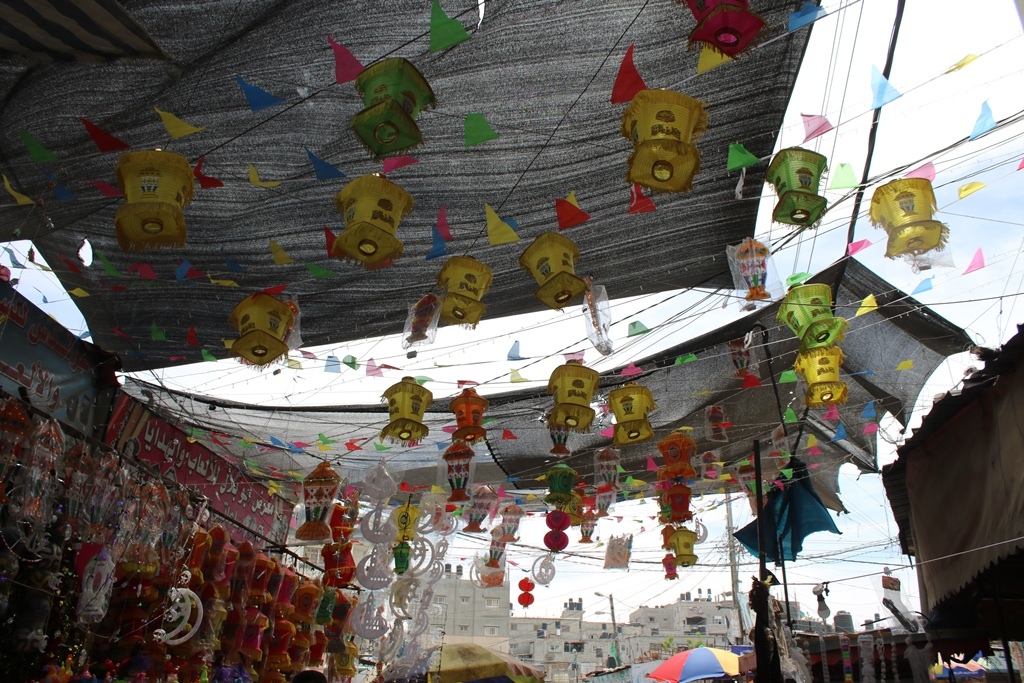 أسواق غزة تعج بالمشاهدين وتفتقر للمشترين