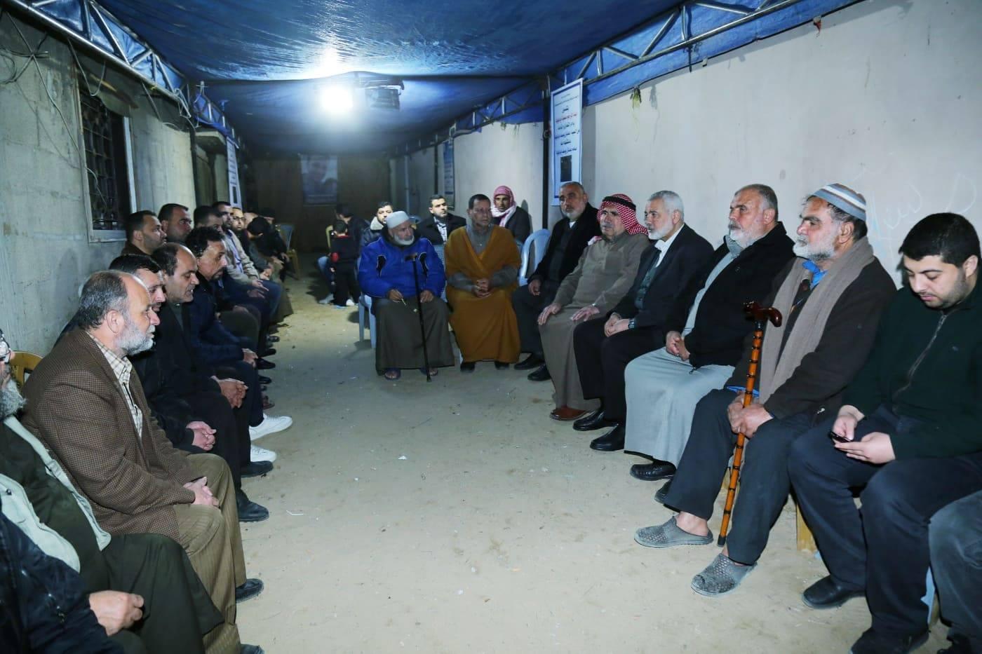 """هنية يزور عائلة شهيد مجزرة المسجدين """"أبو كويك"""""""