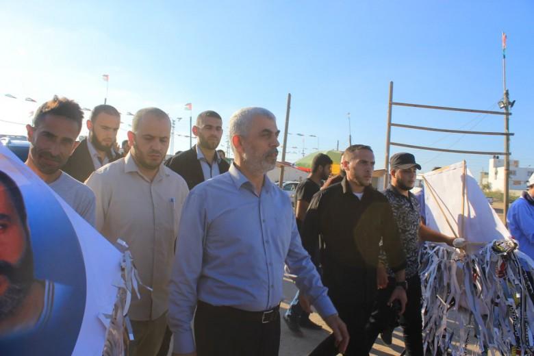"""يحيى السنوار يشارك في """"مسيرة العودة"""" في غزة"""