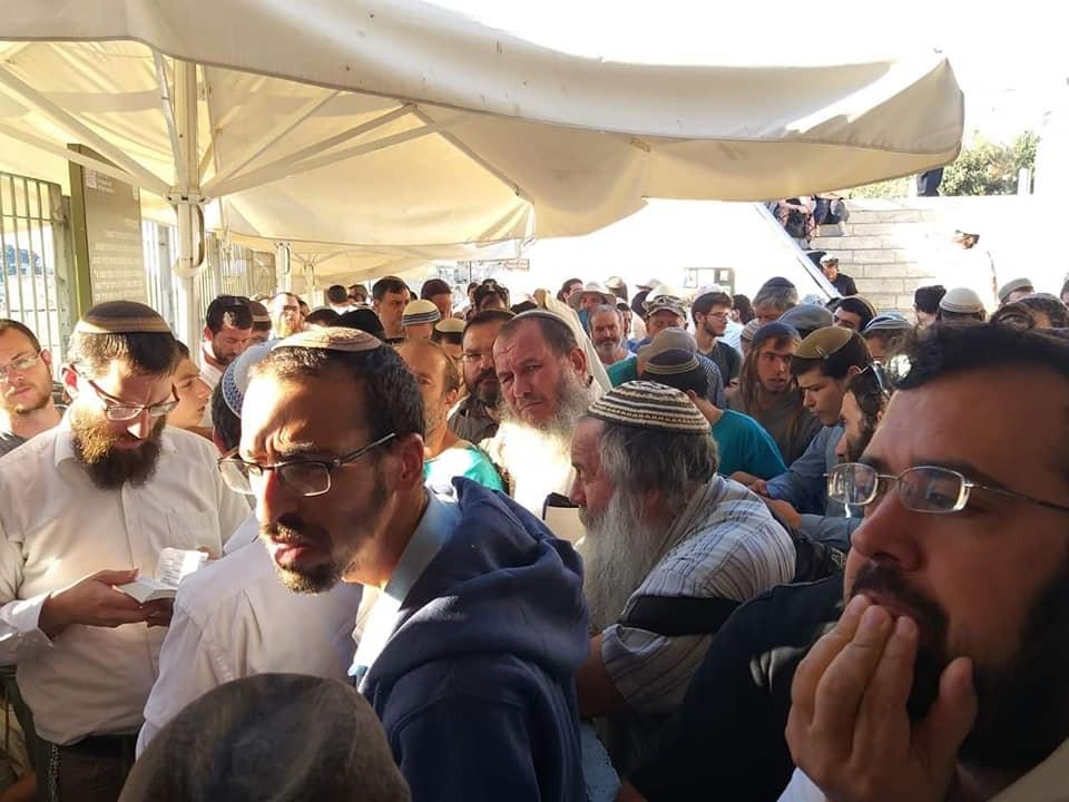 آلاف المقدسيين يُفشلون اقتحام المستوطنين للأقصى