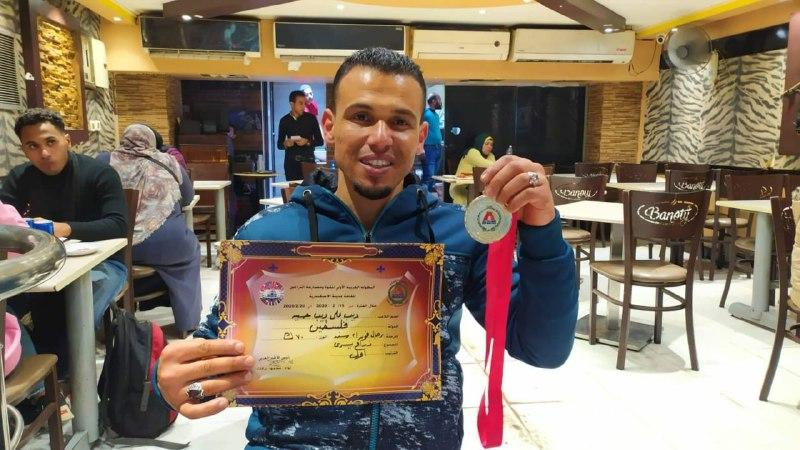 مواطن غزي من مخيم البريج يتوج بطلا للعرب بمصارعة الذراعين