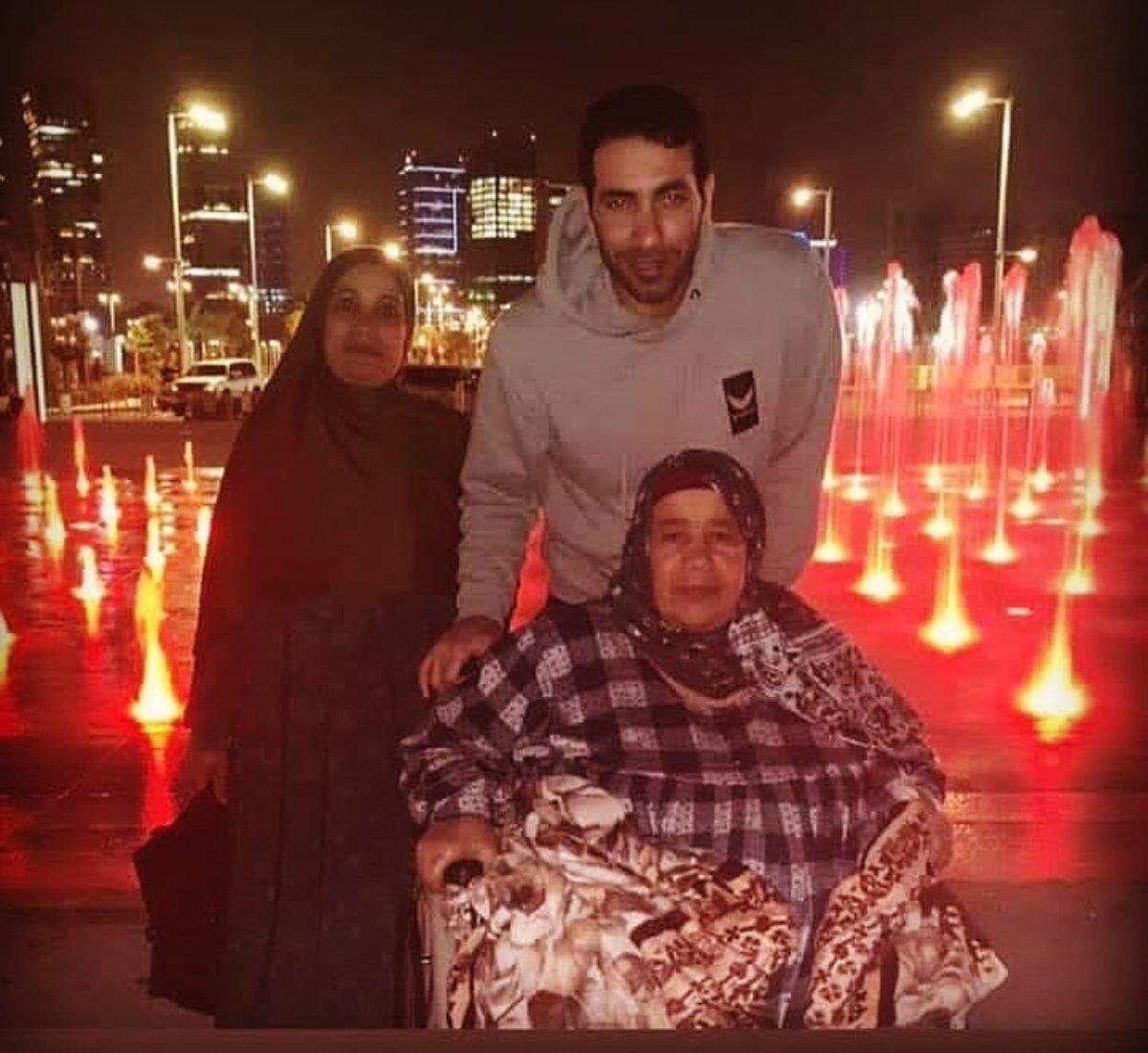 لقاء أبو تريكة بوالدته يشعل التواصل الاجتماعي
