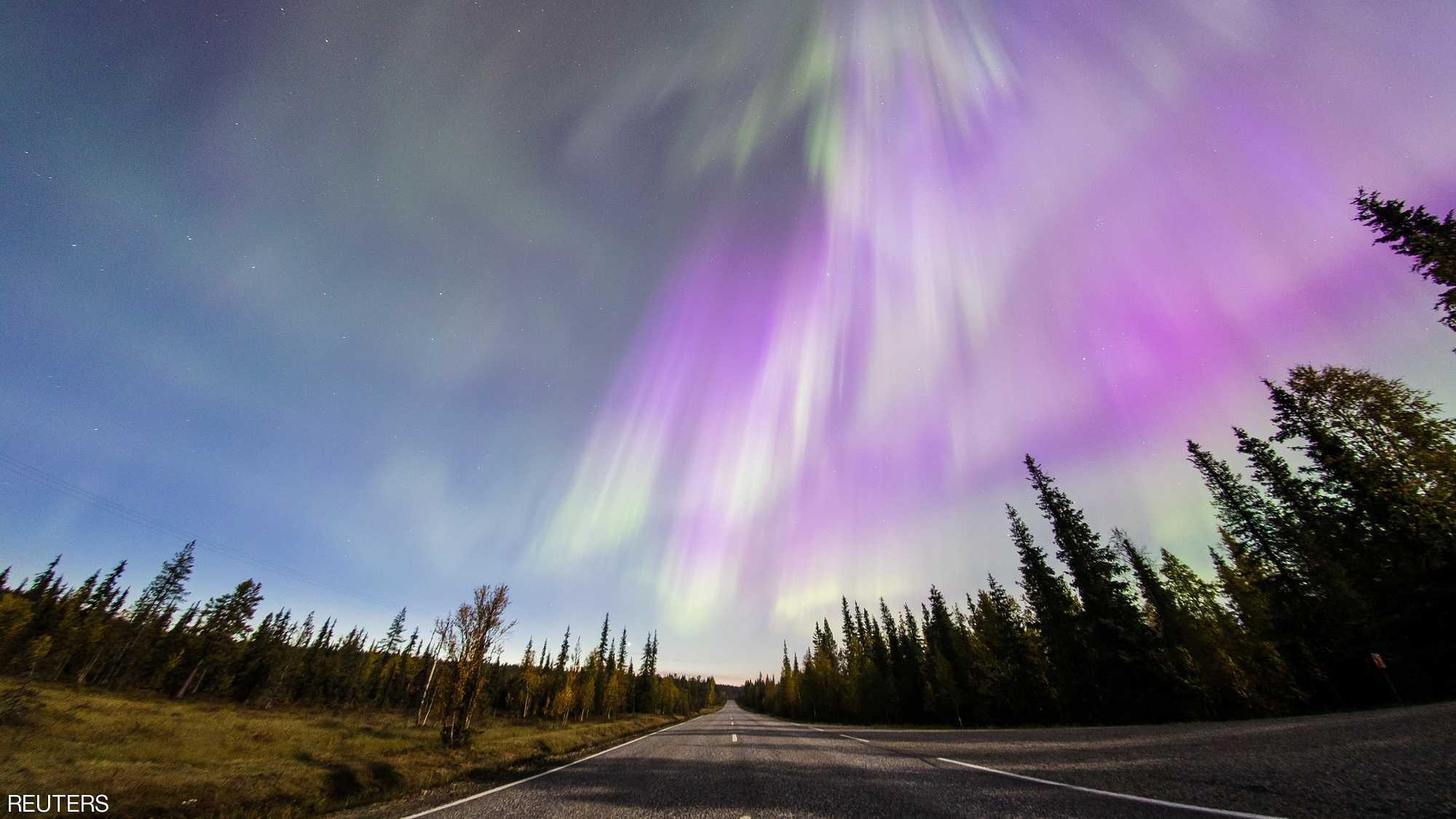 شفق مدهش يضيء السماء بألوان عديدة