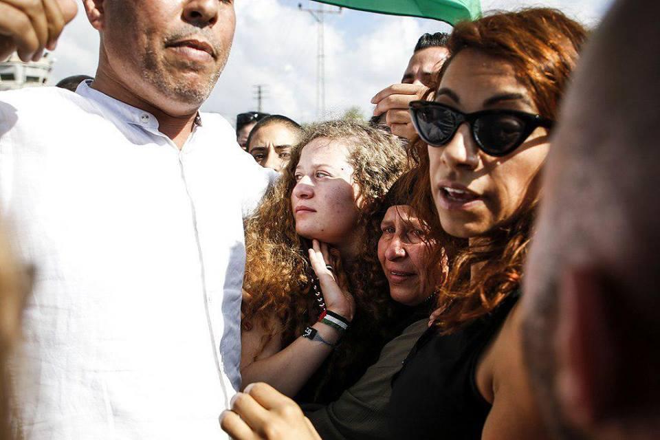 عهد التميمي ووالدتها يتنفسان الحرية أخيرا