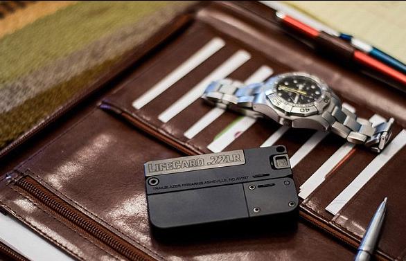 مسدس قاتل بحجم بطاقة الائتمان!
