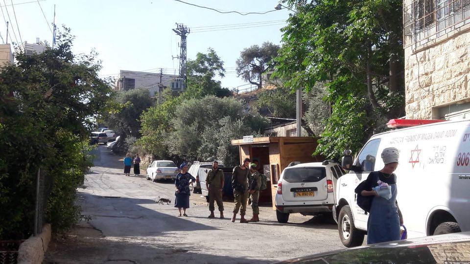 مستوطنون ينصبون نقطة انتظار وسط مدينة الخليل