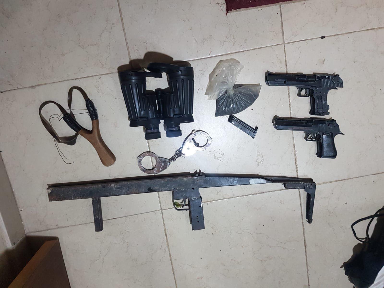 الاحتلال يصادر أموالاً ويزعم العثور على أسلحة بالضفة الغربية