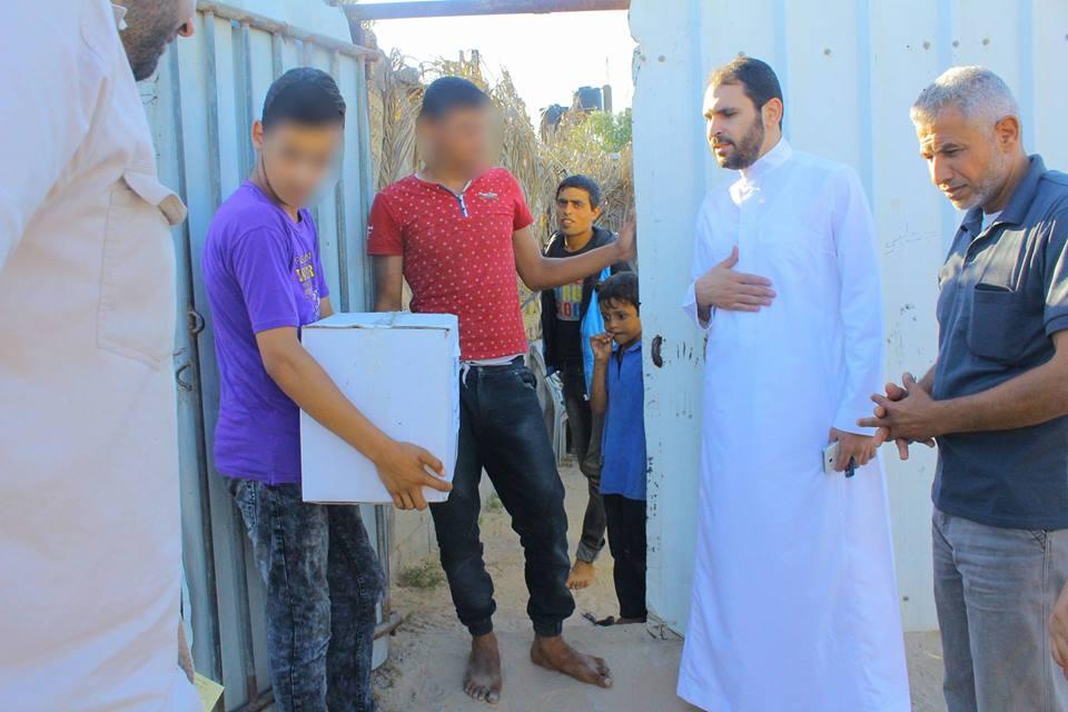 حماس توزع مساعدات لعائلات السجناء في دير البلح