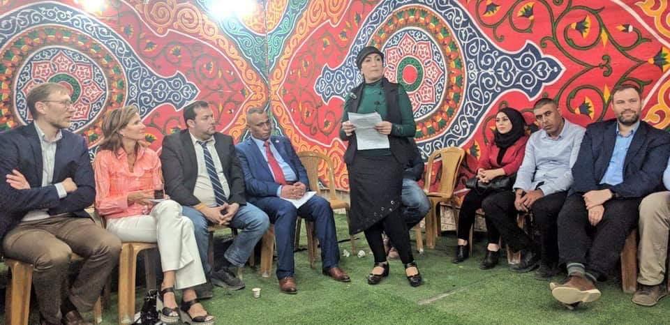مستوطنون وفلسطينيون بالخليل على موائد رمضان
