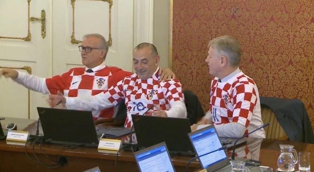 الحكومة الكرواتية تجتمع بقميص المنتخب