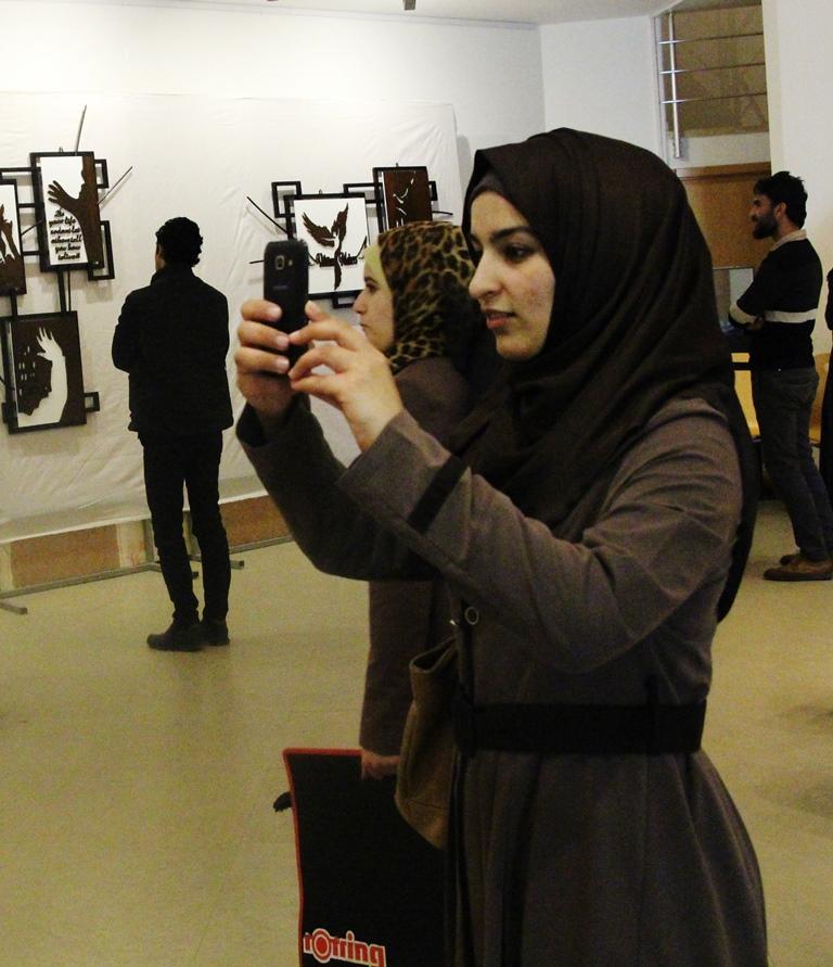 المعهد الفرنسي يحتضن معرضا فنيا للأعمال الخشبية