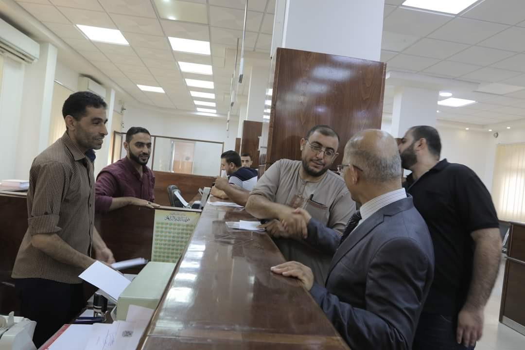 السراج يجري جولة داخل مقر بلدية غزة