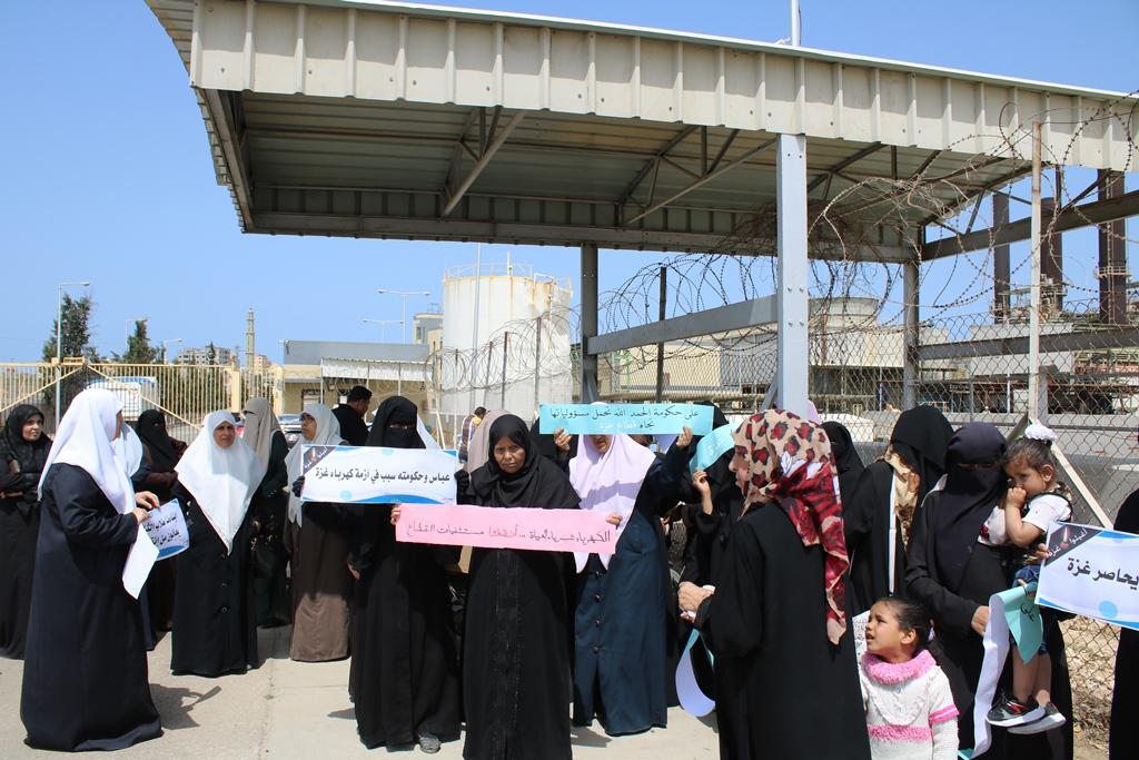 وقفة طلابية أمام محطة الكهرباء احتجاجاً على أزمات غزة
