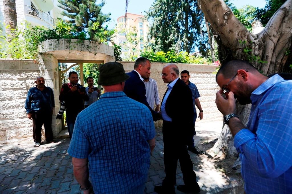 ملادينوف يتفقد آثار قصف منزل مستشار الأمم المتحدة بغزة