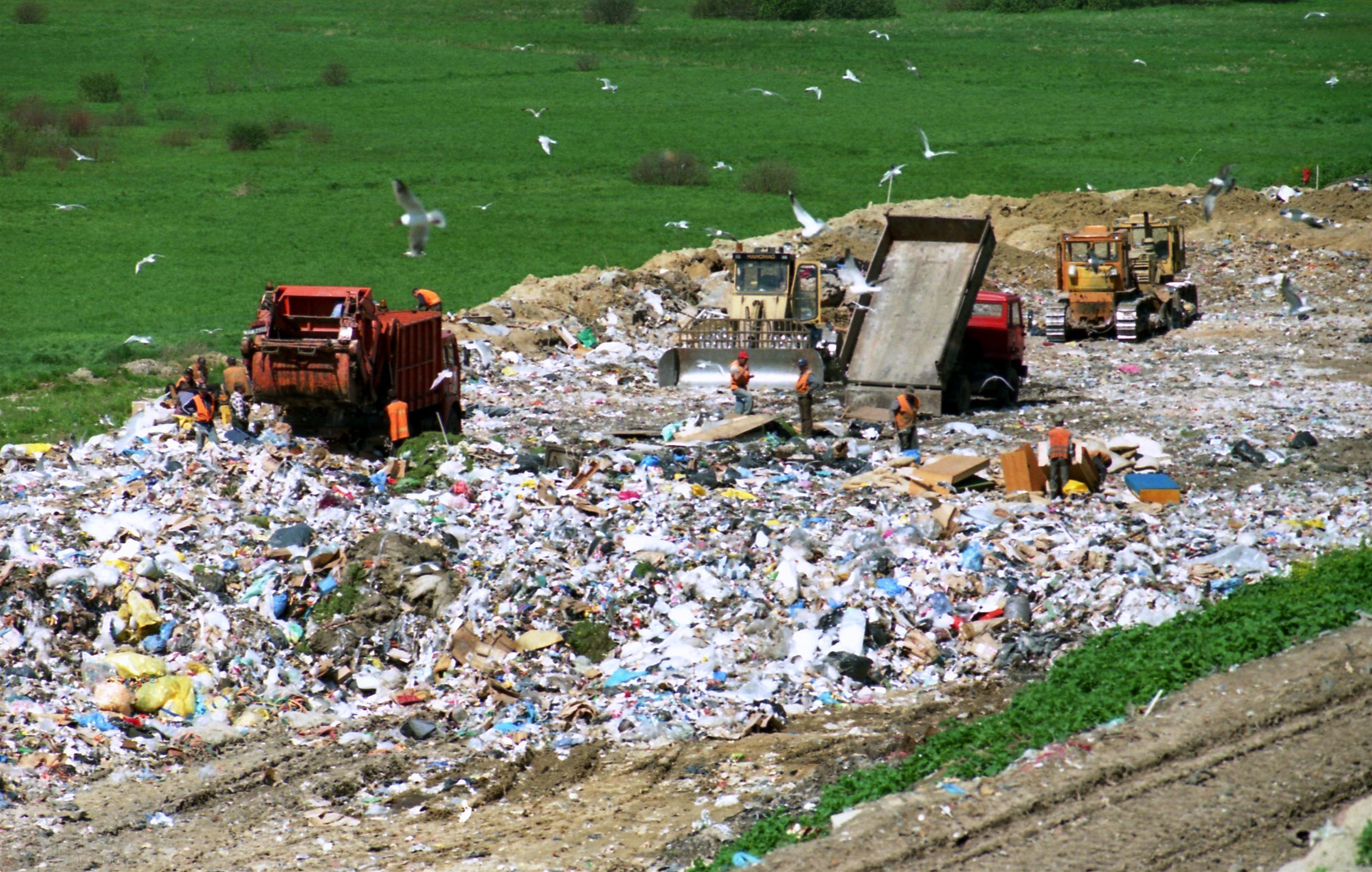بلدية خانيونس ترّحل 4738 طن نفايات تموز الماضي