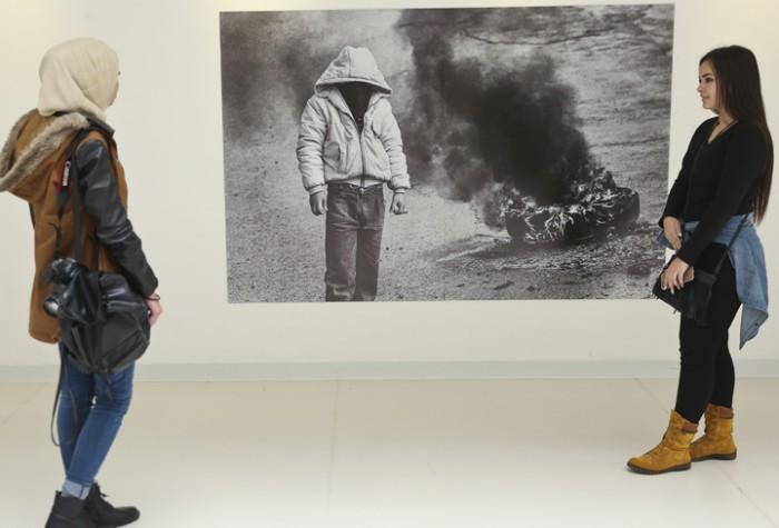 """افتتاح معرض """"انتفاضة"""" للمصور الفوتوغرافي كيث دانميلر"""
