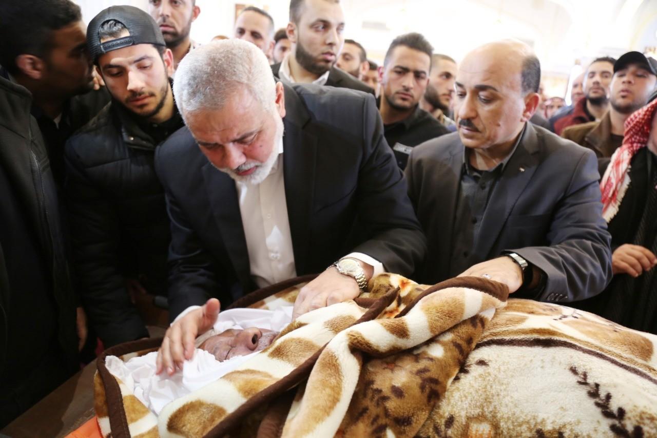 هنية يشارك في الصلاة على جثمان الحاج محمد الحساينة