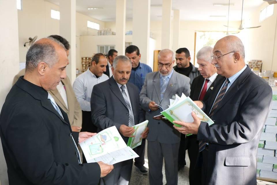 وفد من وزارة التعليم برام الله يتفقد مخزن الكتب بمديرية الوسطى